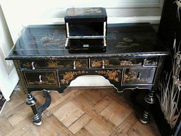 18世紀初的英國中國風漆木書桌。(維基百科)
