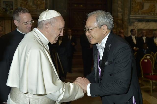 總統蔡英文提到,教宗關懷難民處境,台灣也積極貢獻力量。圖為9日教宗方濟各(左)與我國駐教廷大使李世明(右)會面。(中央社)