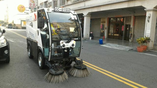 防治街道揚塵,高雄推出小型掃街車,能進入狹小死角清除積塵,首先選定小港作為示範區。(高雄市環保局提供)
