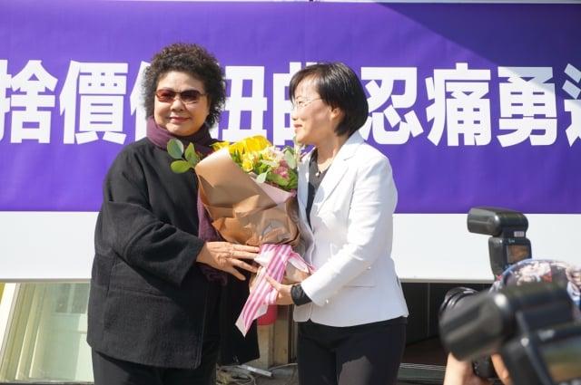 劉世芳(右)宣布退出高雄市長黨內初選,高雄市長陳菊(左)12日到服務處,送上鮮花與擁抱,表達對子弟兵退選的不捨。(記者李怡欣/攝影)