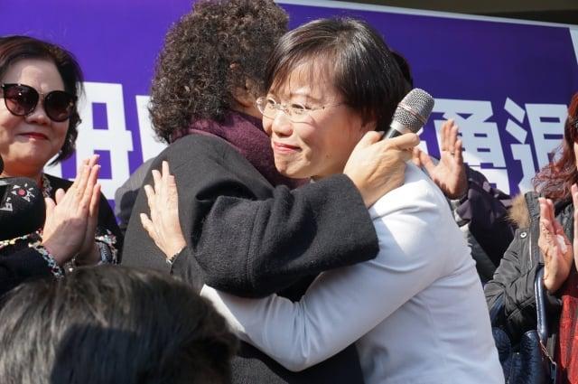 劉世芳退選,陳菊送上擁抱。