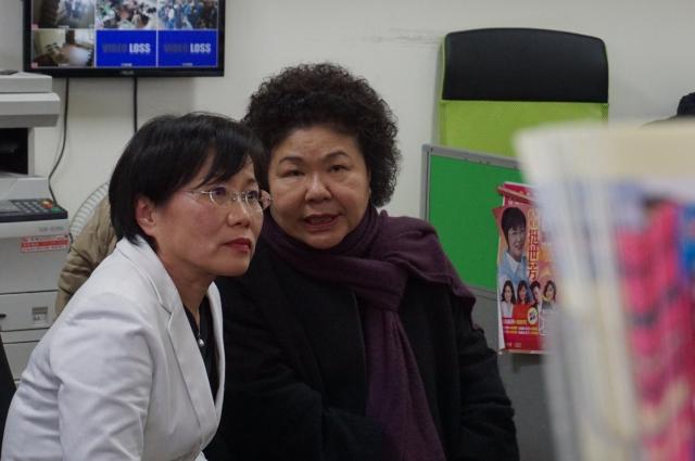 陳菊(右)與市府三位副市長,12日到劉世芳(左)服務處慰問。