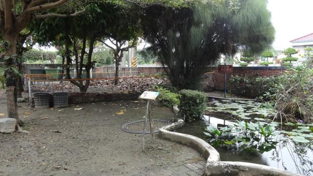 屏東縣黎明國小「落葉的家」與魚池造景為鄰,變身為校園生態觀察區。