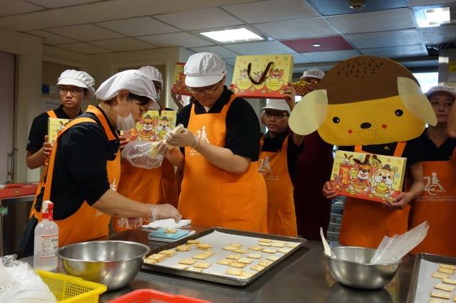 每一塊牛軋餅的餡料重量是10克,孩子們為了準備過年禮盒,各個卯足了勁。(記者黃玉燕/攝影)