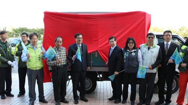 嘉義市長涂醒哲(中右)與全國漁會總幹事林啟滄(中左)合力進行冷凍車啟航儀式。