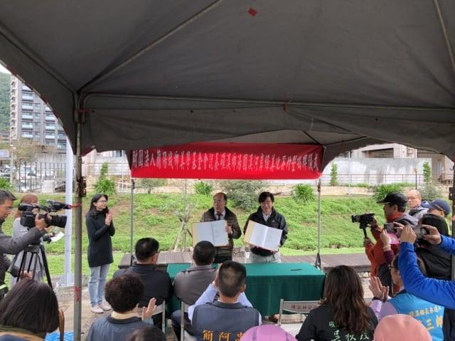 礁溪鄉鄉長林錫忠(左)與蘭陽城鄉美學基金會董事長蕭錫鑫(右)簽訂認養契約書。