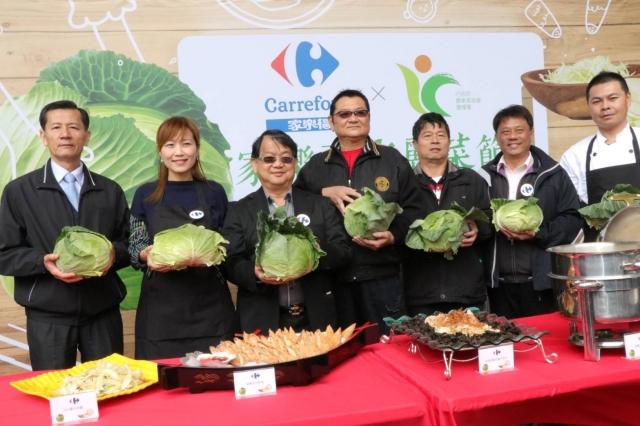農糧署跟家樂福舉辦高麗菜節行銷者會,呼籲國人吃國產高麗菜。(農糧署提供)