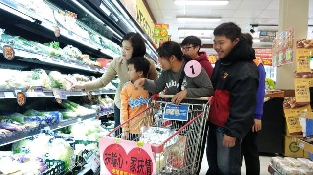 受扶家庭的小朋友開心地選購自己喜歡的東西