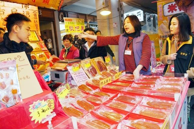 迪化商圈台北年貨大街活動開跑。(中央社)