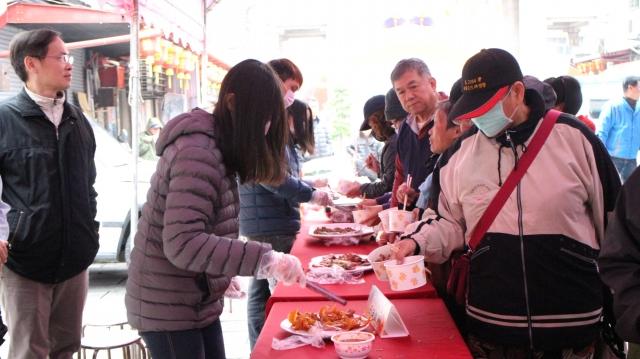 營造中國新年採買熱鬧氛圍,嘉義市年貨大街黃曆年前開跑,現場試吃的人都相當滿意。