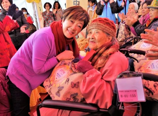台積電慈善基金會董事長張淑芬(左)與獨居老人共享元寶樂。(記者黃玉燕/攝影)