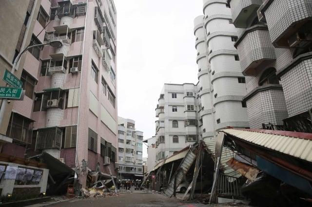 花蓮縣6日強震,造成國盛六街多棟建物傾塌。內政部表示,危老建物耐震安檢及重建,將專案協助花蓮縣開放受理作業。(中央社)