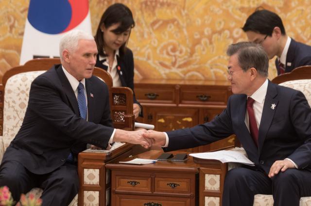 彭斯(左)說,美韓就冬奧後進一步與北韓接觸的條件有了共識。(截自彭斯推特)