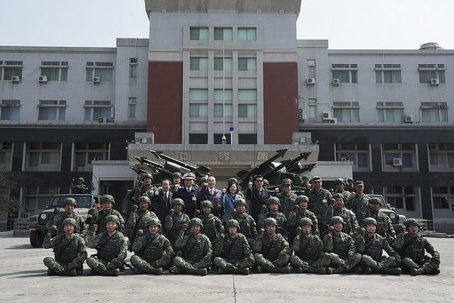 總統蔡英文13日前往陸軍八軍團視導與國軍合影。(總統府提供)