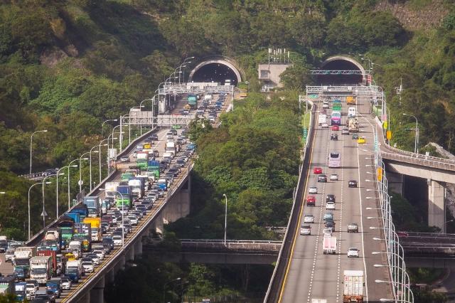 高公局昨(13)日預估除夕至初五間國道路段壅塞情況,行車時間估是平日的3~6倍。(記者陳柏州/攝影)