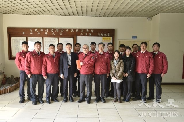 消防署長陳文龍親赴中部消防分隊,鼓勵消防隊員。