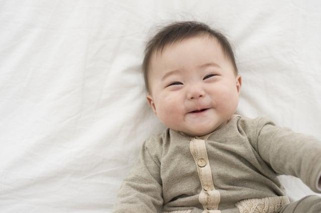 母乳中有上千種營養素,包含寶寶出生後第一年所需的所有影響。研究認為,以母乳餵養寶寶能使臉龐更好看。(Fotolia)