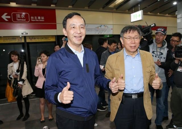 台北市長柯文哲(前右)、新北市長朱立倫(前左)12 日共同搭乘捷運到捷運大安森林公園站,宣布4月16日起推出交通定期票,價格為1,280元。
