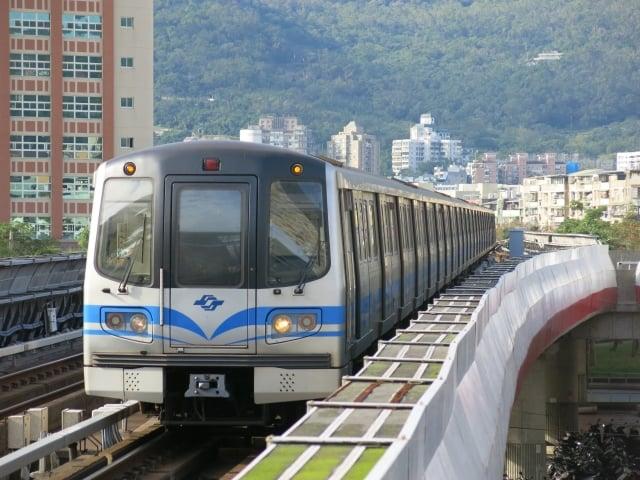 雙北自4月16日起推出1,280元定期票,可30日內不限距離、次數搭乘台北捷運、雙北公車。圖為捷運。(Subscriptshoe9 /維基百科公有領域)