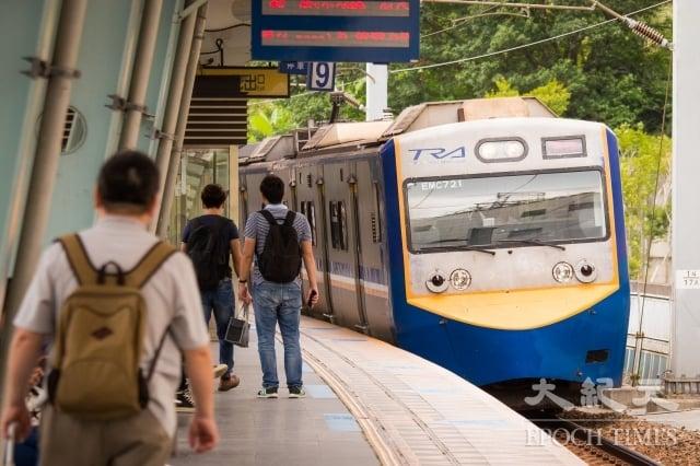 台鐵面臨設備老舊與管理問題,台鐵表示,3月20日前會全面檢修電車線,並召回所有車輛進行檢查。圖為資料照。(記者陳柏州/攝影)
