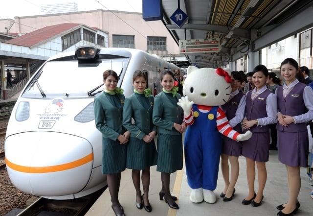 鐵將推出新票務系統。圖為台灣首列Hello Kitty彩繪火車首航。 (中央社資料照)