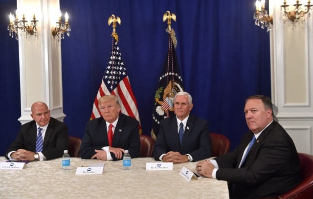 川普(左2)13日推文突然宣布,中情局局長蓬佩奧(右)將成為美國新任國務卿。(Nicholas Kamm / AFP)