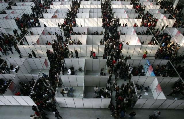 中共統計局局長寧吉喆近日稱,大陸大學應屆畢業生人數首次超過800萬。今年大學生就業形勢更為嚴峻。圖為大陸一地區畢業季的招聘現場。(AFP)