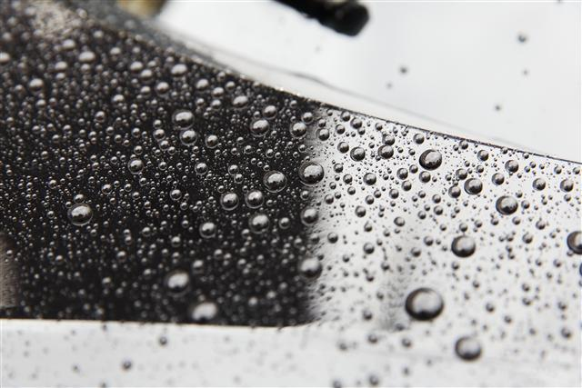 鍍膜原料採較高濃度的「二氧化矽」,具有蓮花自淨的功能。(COOLCAR 車酷頂級美車工藝提供)