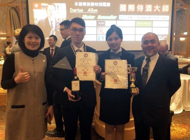 龍華科大觀光系游茹珺(右2)在台灣亞洲葡萄酒學會主辦的「全國校際盃年輕侍酒師菁英賽決賽」,以優異表現榮獲冠軍,同系任詠聖(左2)奪得殿軍。(龍華科大提供)