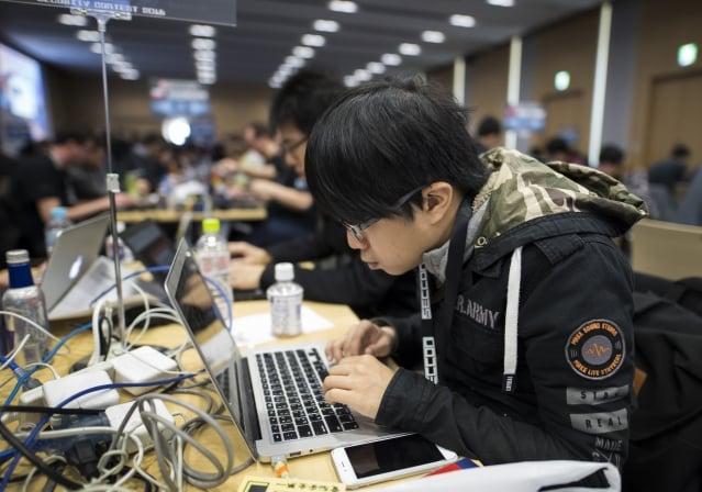 中國駭客傳出被要求將找到的軟體上交給供應商或中共安全部,而非公諸於世。圖非當事駭客。(Getty Images)