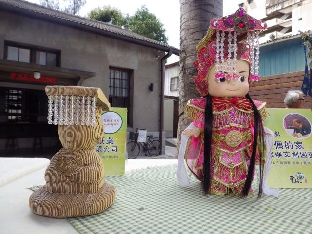 參展的榮興紙業的「媽祖神像」及「偶的家」創意布袋戲偶。
