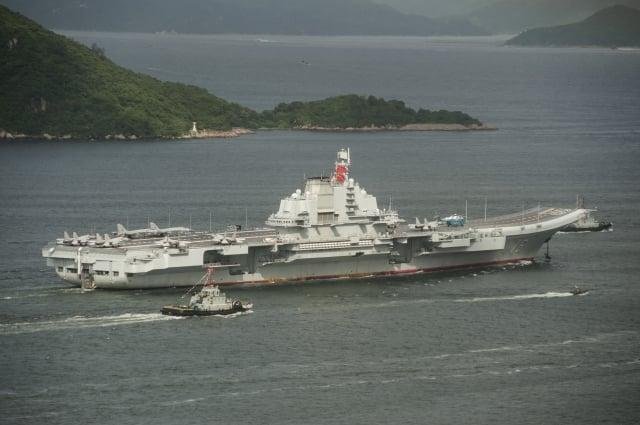 中共18日將在台灣海峽進行實彈射擊軍事演習,並在相關海域實施臨時禁航。圖為中共航母遼寧號。(RICHARD A. BROOKS / AFP)