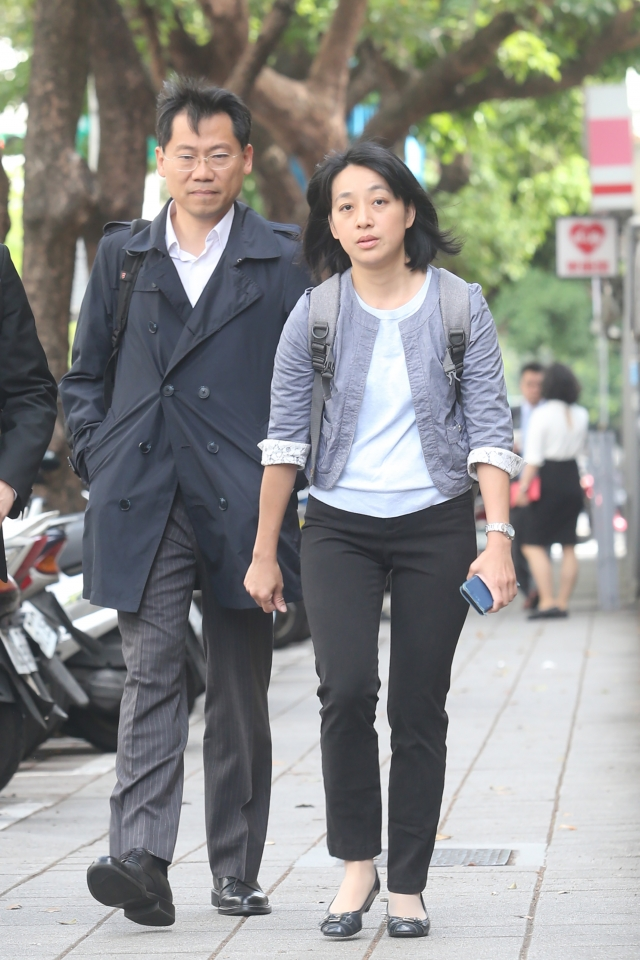 台灣高等法院4日召開審理庭。小燈泡父親(左)及母親王婉諭(右)出庭。(中央社)