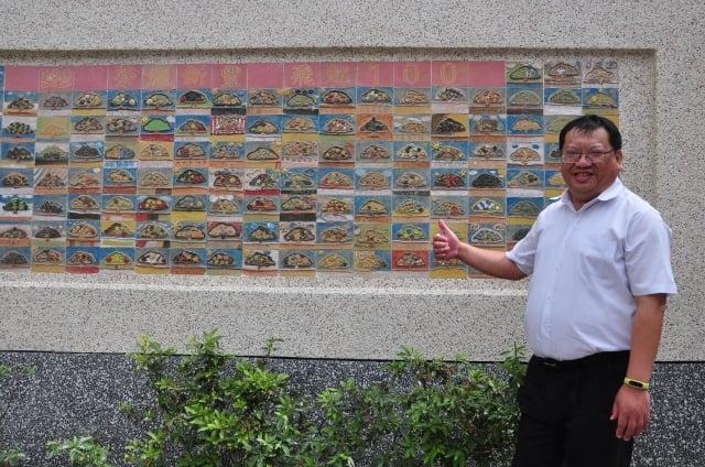 歡慶百年的陶板創作,校長柯幸宜希望陶板牆能代代相傳,像老榕樹一樣成為大家共同的記憶