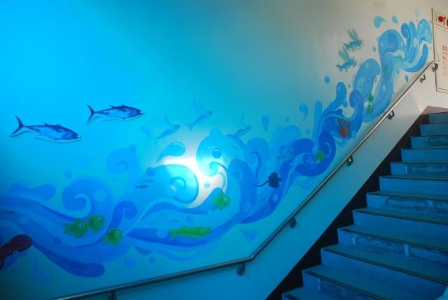 新豐國小結合海洋與國際教育的思維,將校園角落營造出具美感的特色情境,上下樓梯的牆面彩繪,讓孩子充滿驚奇與想像
