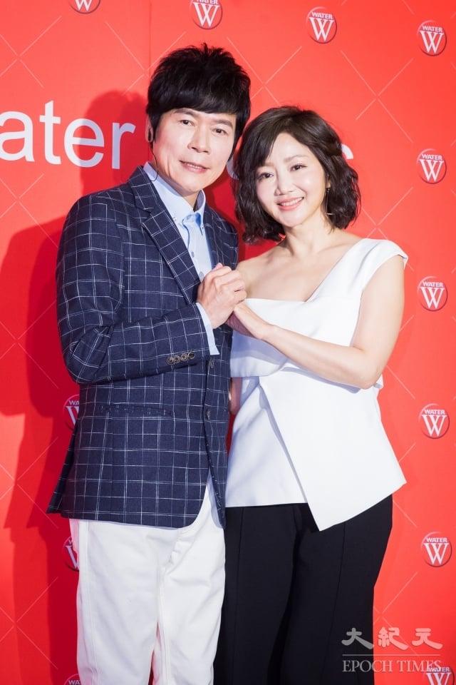 歌手洪榮宏(左)出席台語新專輯發表會,妻子張瀞云(右)現身站台打氣。(記者陳柏州/攝影)