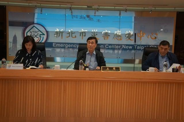 新北市核能安全監督委員會主任委員李四川(中)聲明「沒有核安,就沒有核電」。(新北市政府消防局提供)