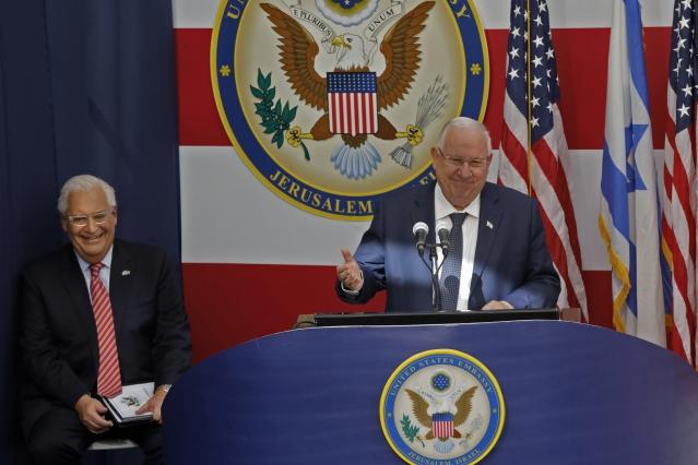 美國駐耶路撒冷大使館5月14日正式開幕,以色列總統李佛林(Reuven Rivlin)(右)蒞臨發表演說。(MENAHEM KAHANA/AFP)