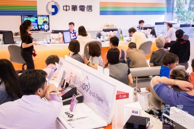 5月15日是499吃到飽方案申辦最後一天,中華電信15日表示,不會延長申辦期限。圖為民眾在中華電信門市等待申辦。(記者陳柏州/攝影)