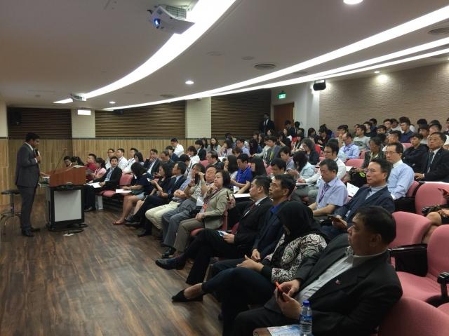 交通部航港局16日舉辦「台菲越雙印馬海運商機國際研討會」,揭露新南向國家投資資訊,使我國海運產業,與東協及南亞等國家攜手。(航港局提供)