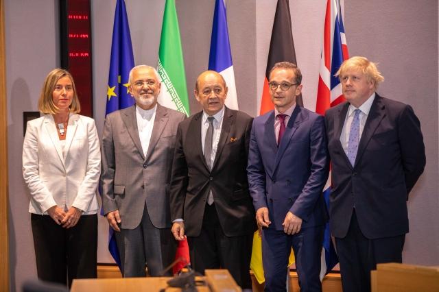 伊朗外交部長查瑞夫(左2)繼訪俄羅斯及中共後,15日會晤歐盟、英、法、德等外交代表。(AFP)