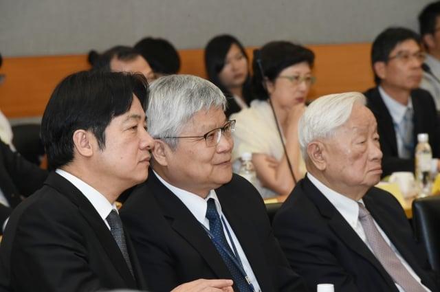行政院長賴清德(左)在座談會上與台積電總經理魏哲家(中)交換意見。(行政院提供)