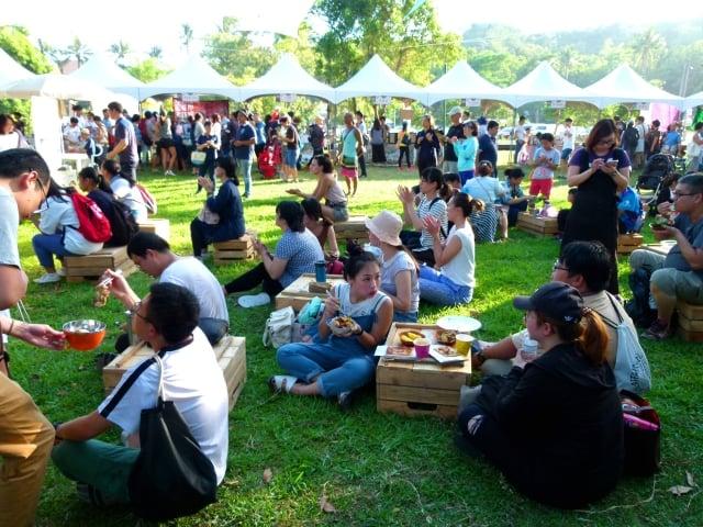 以「稻米」和「雜糧」為主題的台東慢食節「神農餐桌」,民眾自備碗筷品嚐各種美食。