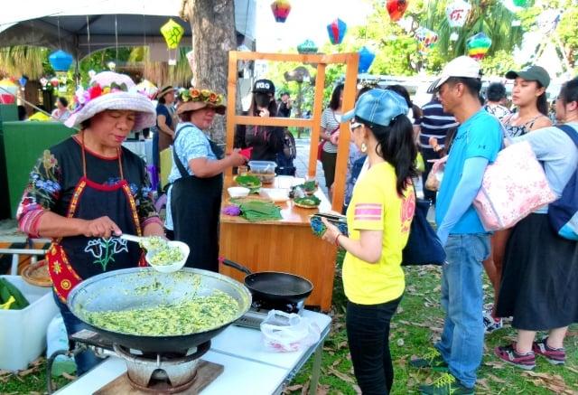 傳統原住民排灣族山地飯,吸引民眾排隊品嚐。