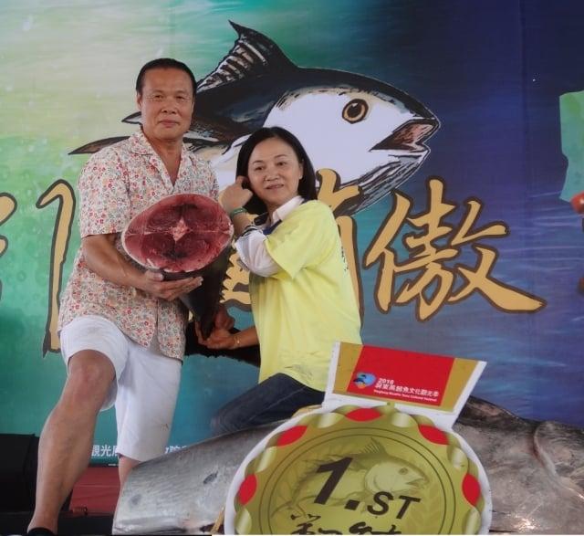 標下2018「第一鮪」的東港佳珍餐廳老闆蕭受發(左)。