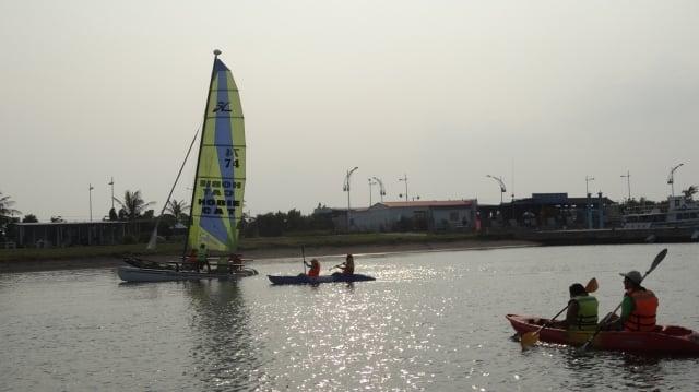 大鵬灣國家風景區裡有濱海公園,設有帆船基地,擁有清澈蔚藍的海水、乾淨美麗的天空,是適合玩獨木舟、風帆的海域。
