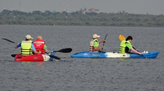 大鵬灣國家風景區濱海公園,設有帆船基地,擁有清澈蔚藍的海水、乾淨美麗的天空,是適合玩獨木舟、風帆的海域。