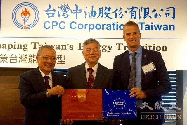 歐洲商會與台灣中油聯合發表「下一世代能源報告—共策台灣能源轉型」研究報告。左起台灣中油董事長戴謙、經濟部長沈榮津、歐洲商會理事長何可申(Håkan Cervell)。