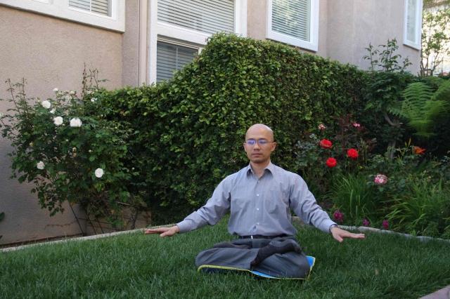 葉俊言在自家院子煉法輪功第五套功法。(記者姜琳達/攝影)