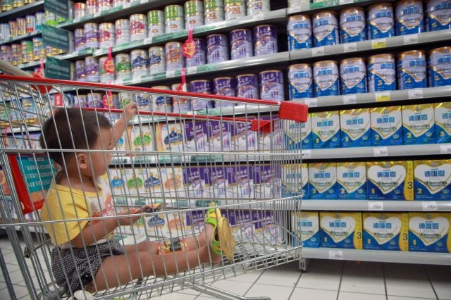 網友表示,中國乳製品業著重賺錢,大舉投入廣告,相比之下其生產流程的安全性投入卻太低。 (Getty Images)